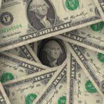 Финансовый аналитик рассказал, почему опасно покупать доллары